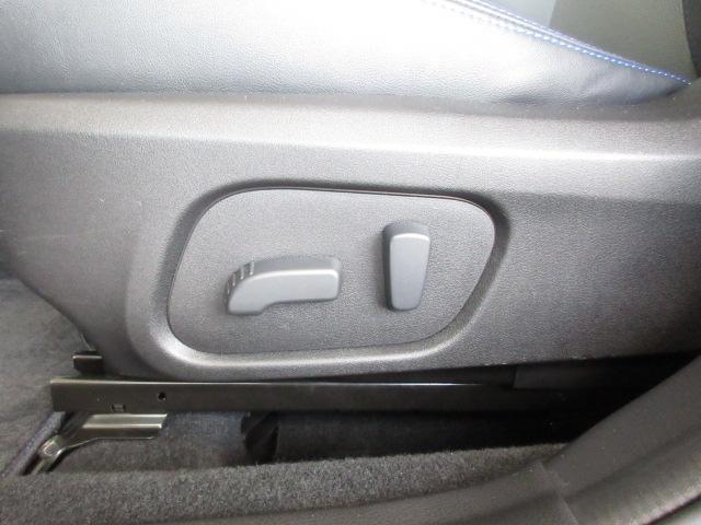 シートの前後、高低と、膝元の上げ下げ、リクライニングまで電動で微調整可能です。お好みのポジションに。