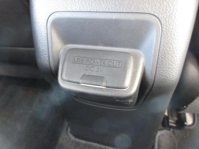 後席の方用にも充電用のUSB出力電源がございます。