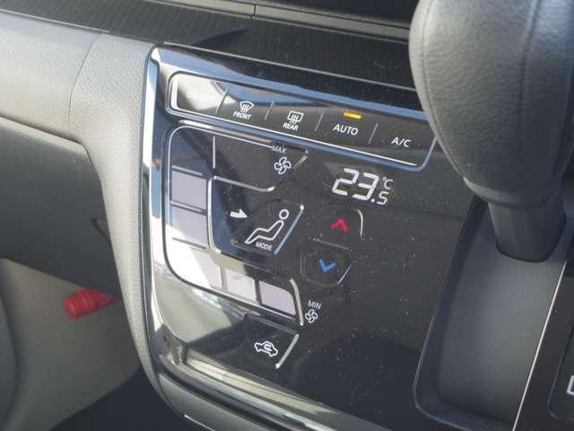 タッチパネルで温度をセットするだけで常に快適な温度を保ってくれるオートエアコン、大変に便利な装備です。