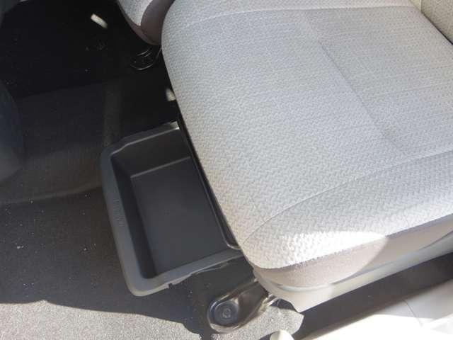 助手席下に収納スペースがあり、とても便利です。