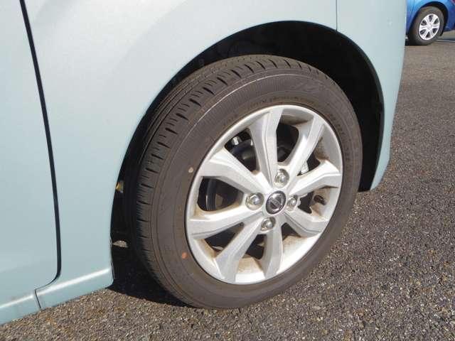 スタイリッシュな専用純正アルミホイール装備。高い走破性と低燃費を兼ね備えたエコタイヤを採用しています。