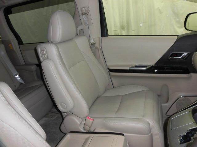 本革シートです。前席左右は電動シートでシートヒーターついています。運転席はメモリー機能付きです。