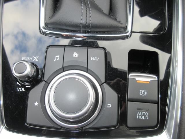 ナビ&オーディオ操作ダイヤル「コントロールコマンダー」は自然と手の触れる位置に配置されています。目線を外すことなく手元で操作できます。また、パーキングブレーキは電動式となっております。