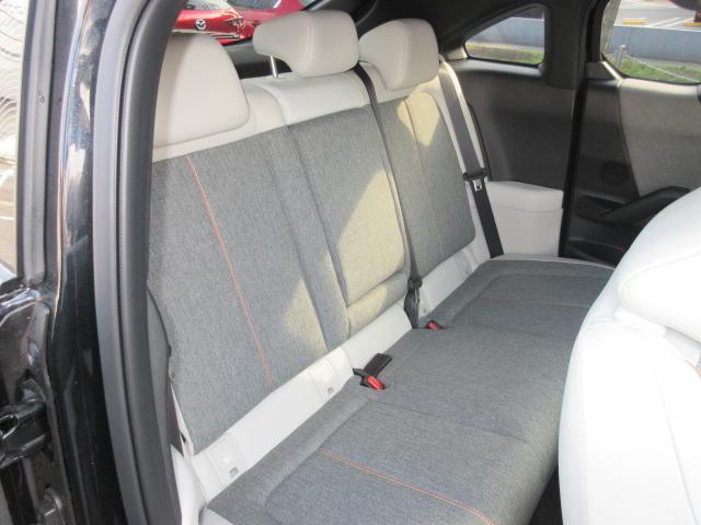 後部座席も広々としたスペースです。大きな座面で、リクライニング無しでもゆったりロングドライブをお楽しみいただけます。