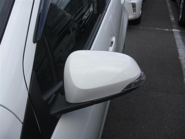 まわりの車両からも見やすいターンランプ付きドアミラー
