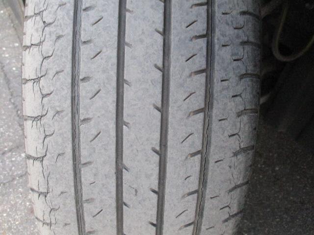 フロントタイヤ溝3mm ひび割れが見受けられ交換をお勧めします、スタッフにご相談下さい