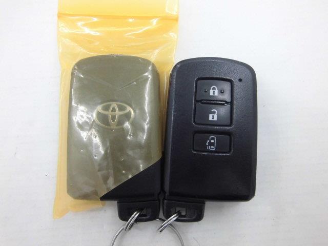 【スマートキー】スマートキー付きです。カバンやポケットに入れて持っているだけで、ボタン一つでドアロックの開閉やエンジンの始動ができます。