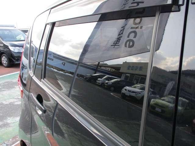 プライバシーガラスです。名前の通り、プライバシー確保&かっこいい効果が見こめます。また、冷房の効果担保にも役立ちます!