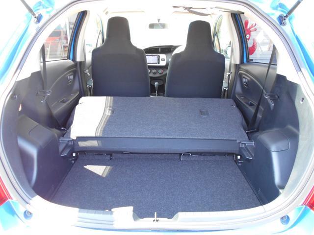 【リヤシート】 リヤシートを倒せば、広いラゲッジスペースになり、少々大きなお荷物でも積んで頂けますよ♪