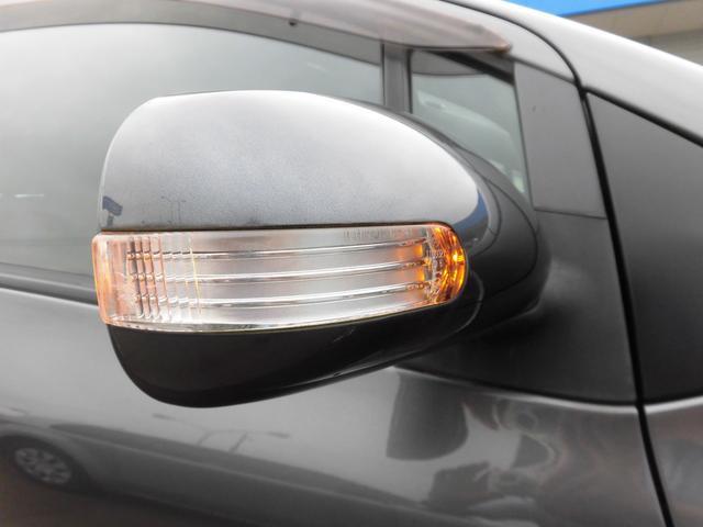 【ドアミラー】 電動格納式リモコンドアミラー(サイドターンランプ付)。クルマの進行方向が、他のドライバーや周囲の歩行者に伝わりやすく右左折時の安全性に貢献します。