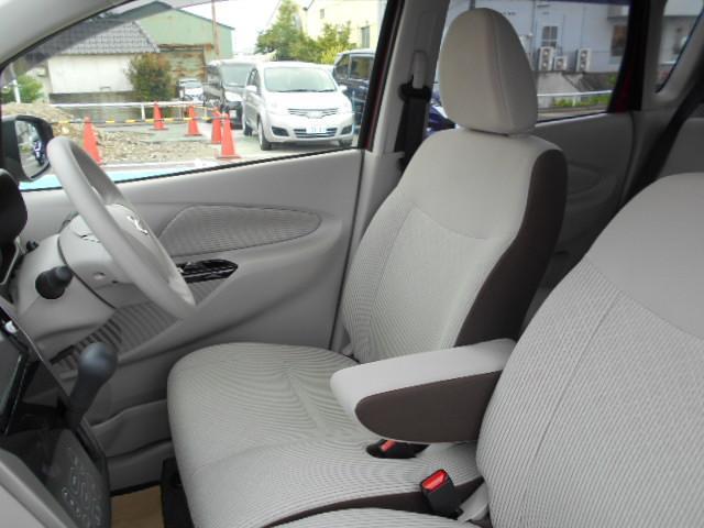 運転席にアームレストがあり長距離ドライブも快適です。