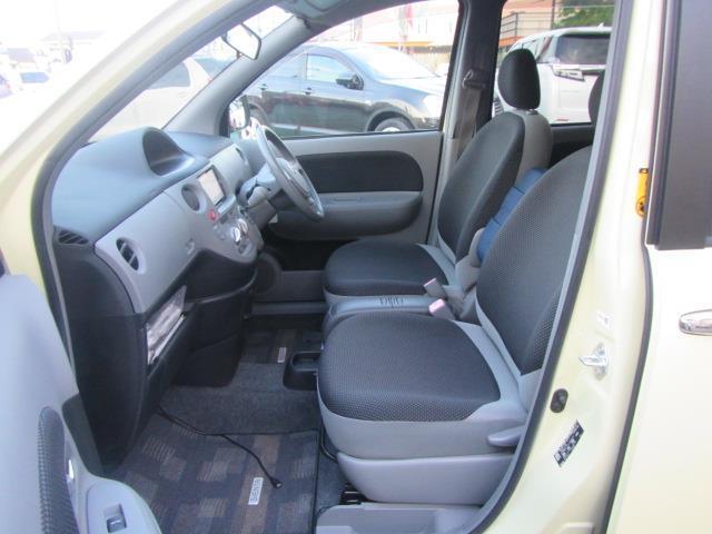 運転席・助手席です。目立ったシートの汚れもございません。