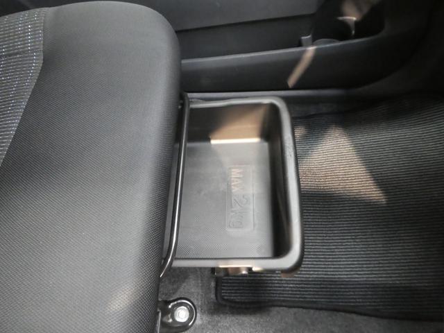 助手席シート下にも収納が有ります。