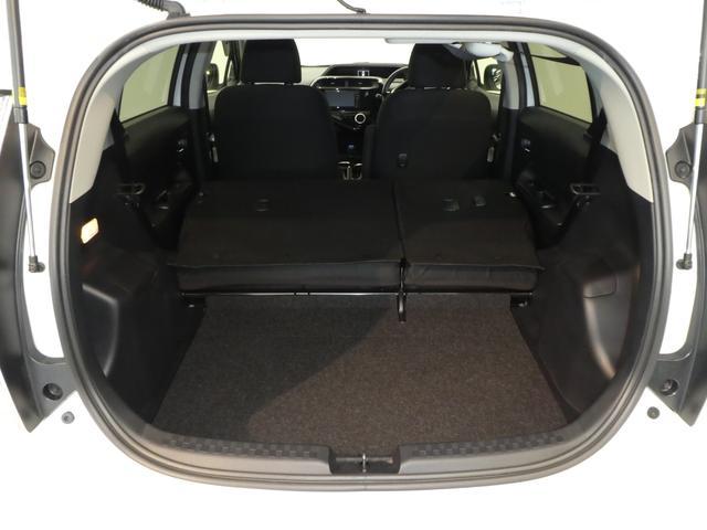 リヤシートを両方倒せば、大きなラッゲージスペースが出来上がります。
