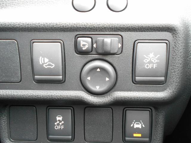 アクセルをブレーキと間違えて踏み込んでしまったときにブザーで警告。さらに障害物への衝突防止や過度の加速の防止を支援します。前進時にも後退時にも衝突回避をアシストします。