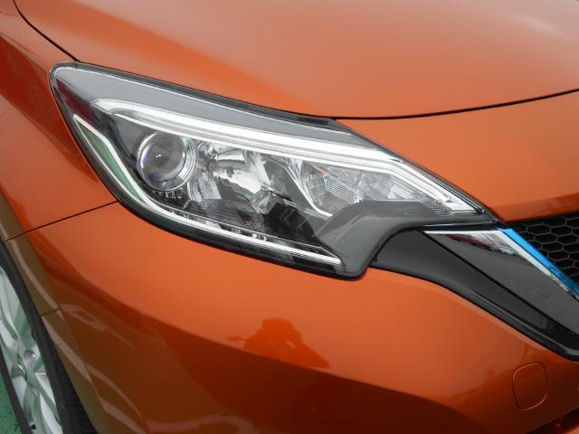 キセノンライトの約半分の電力で明るく照らすプロジェクタータイプのLEDヘッドライト(ロービーム)装備、LEDポジションランプがフェースを引き締めます。