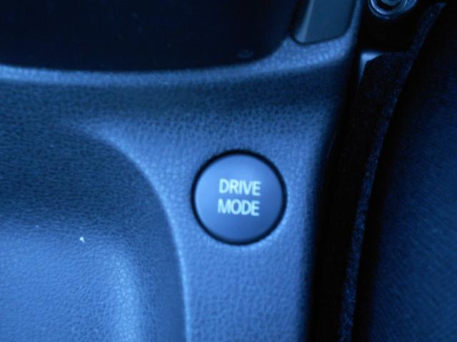 3つのドライブモードをシステムが自動制御。通常走行モードに加え、加速・減速が強めなSモード、省燃費かつワンペダルドライブができるECOモードを搭載(完全停止にはブレーキペダルを踏んでください)。