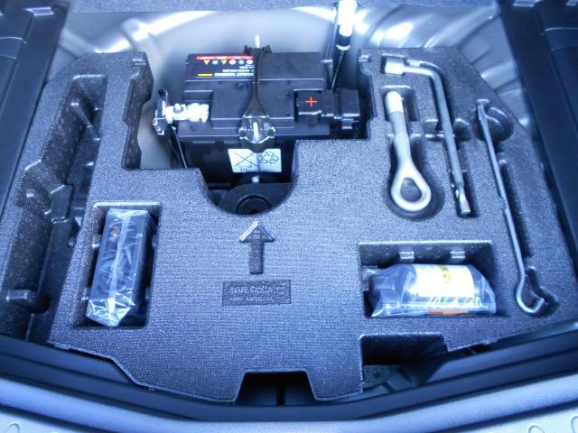 万が一のパンク時にパンク修理キット装備、スペアタイヤはありません。