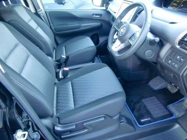 快適に運転できるドライブポジション!ロングドライブでも疲れにくい中折れ(スパイナルサポート)形状の背もたれパッドを、 前席と2列目左右シートに採用しました。
