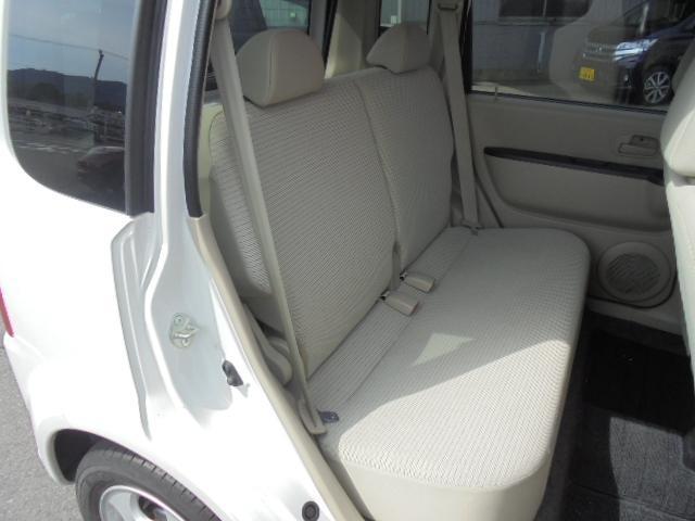 リヤシートの足元空間も広く、リラックスしてドライブが楽しめます。前席のヘッドレストを外して倒せば、フルフラットモードにもできます。