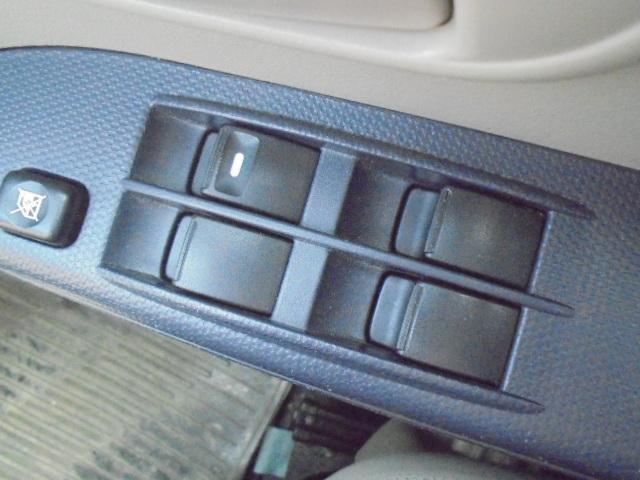 挟み込み防止機構付きパワーウインドウ、空気の入れ替えや料金所などで便利なワンタッチオート付き