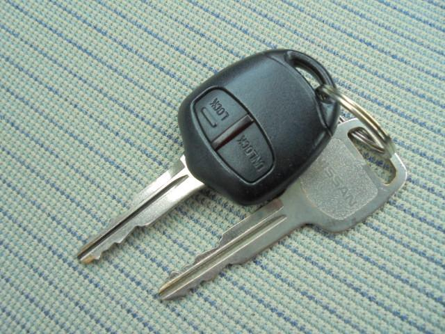 便利なキーレスエントリー、キーOFF後の窓ガラス閉め忘れはロックキーの長押しで閉じることができます。