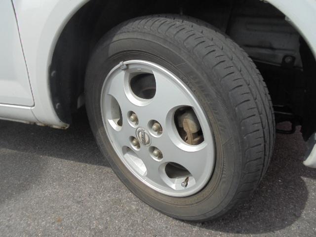 足元を引き締める13インチタイヤと純正アルミホイール装備、スチールホイールより軽く低燃費に貢献します。