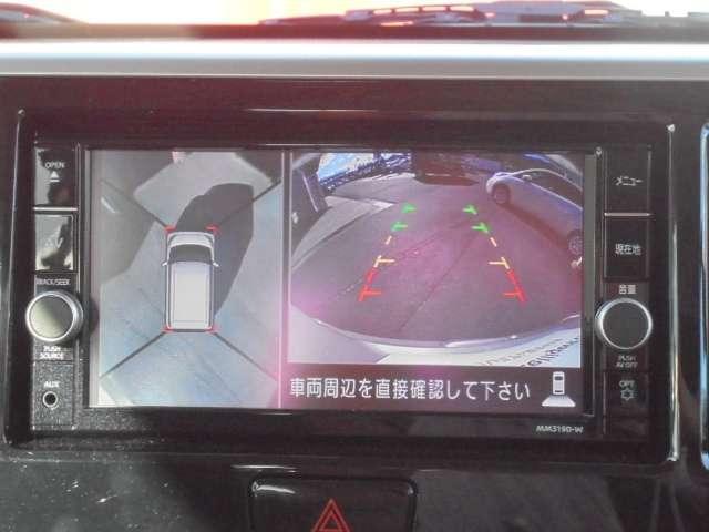 見下す映像によって縦列駐車もラクラクのアラウンドビューモニター、カメラスイッチを押せば「トップビュー+バックビュー」と「サイドブラインドビュー+バックビュー」が切り替え可能です。