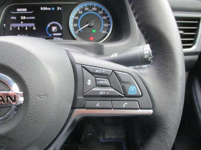 プロパイロットのセットは、親指だけの2ステップでOK!車線をキープし、リーフがアクセル、ブレーキ、ステアリングをコントロールして、前車との車間距離を保つ手助けをします。