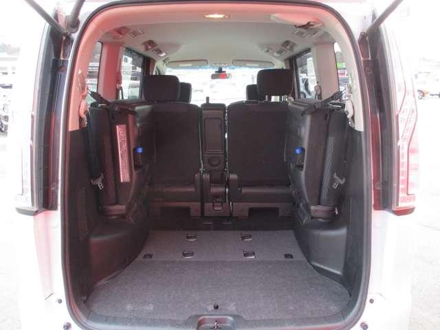 サードシートを格納すれば、フラットで使いやすいラゲージスペースになります