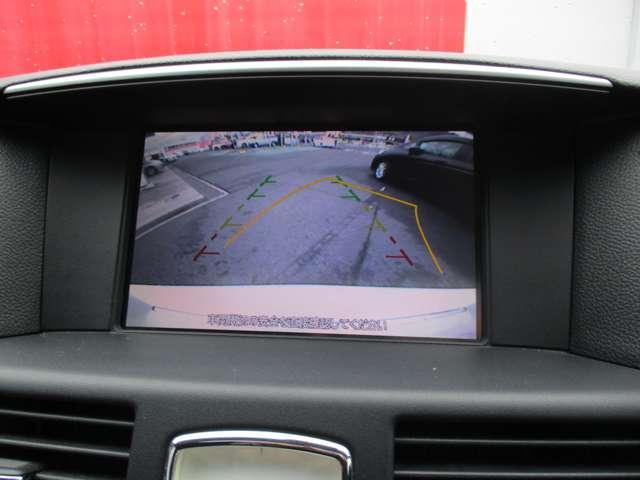車両後方をモニターに映すバックビューカメラを装備しています。車幅、距離、予想進路線表示機能付きです。