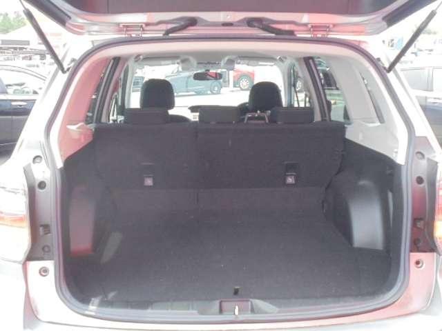 バックドアは大きく開きます。定員乗車時でも十分広いラゲッジスペースを確保しています