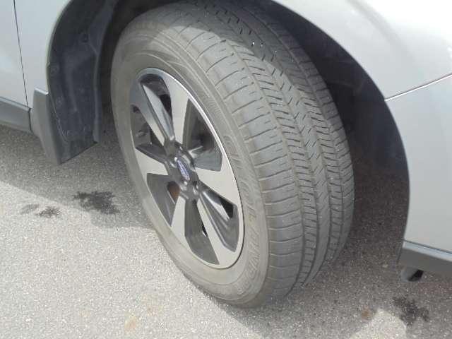 足元を引き締める17インチタイヤと純正アルミホイール装備、スチールホイールより軽く低燃費に貢献します。
