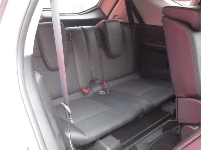 7人乗車時でもゆとりの室内、使わない時はフラットに収納できるサードシート。