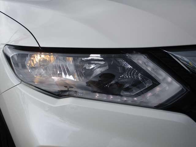 最適配光で明るく照らすハロゲンヘッドライト。LEDのポジションライトがクールです。