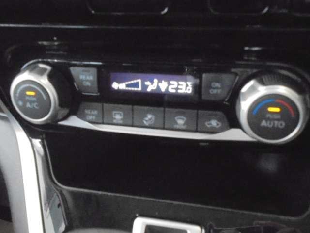 前席のオートエアコンに加え、後席に爽やかな風を送るリヤクーラーも装備しています。