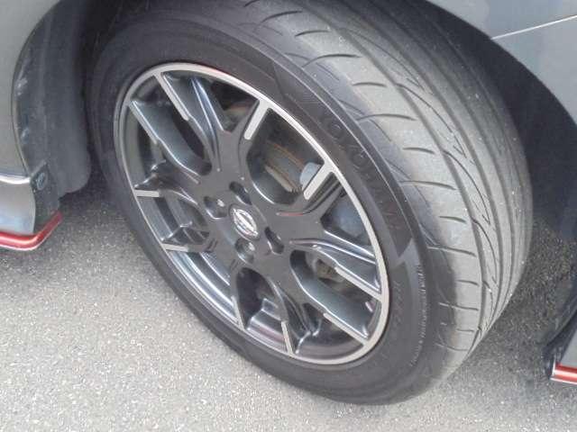 足元を引き締める16インチタイヤとNISMO専用アルミホイール装備、スチールホイールより軽く低燃費に貢献します。
