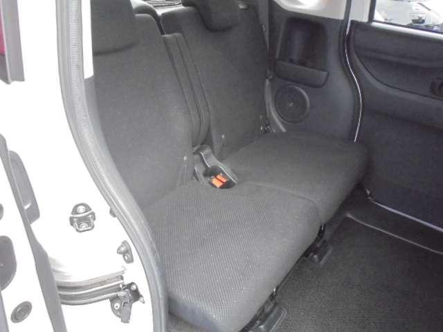 リヤシートは分割でスライド&リクライニングするので、足元空間も広くリラックスしてドライブが楽しめます。
