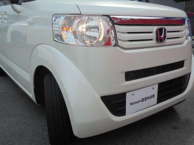 明るく照らすハロゲンヘッドライト、対向車や周囲の状況を判断してハイビーム/ロービームを自動で切り替えるハイビームアシストを装備。