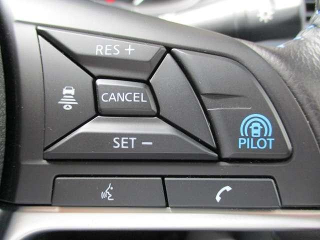 プロパイロットのセットは、親指だけの2ステップでOK!車線をキープし、エクストレイルがアクセル、ブレーキ、ステアリングをコントロールして、前車との車間距離を保つ手助けをします。