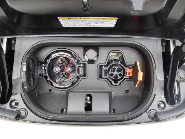 フロントエンドに充電ポートを備えています。(運転席側:急速充電用、助手席側:普通充電用)