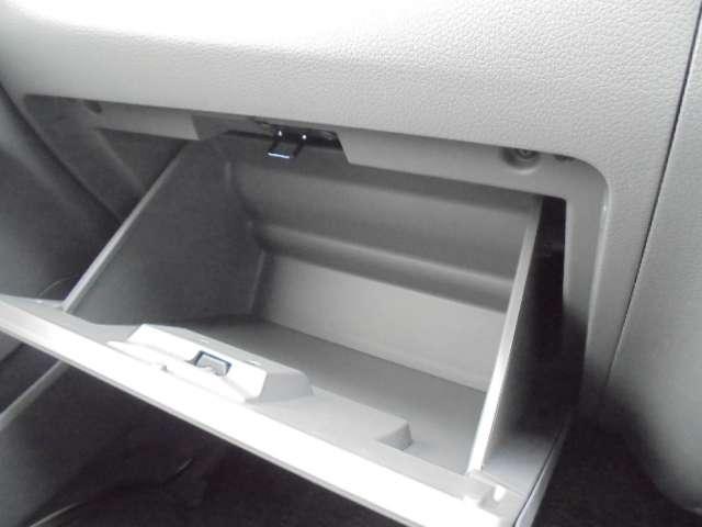 グローブボックスは容量たっぷり。収納したものが手前に出てくるなど、取り出しやすさにも配慮されています。