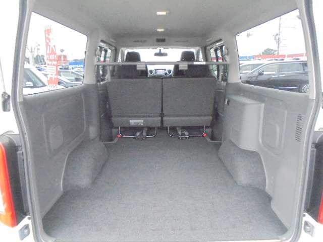 リヤシートは簡単に格納できますので、急に荷物が増えても収納楽々です。