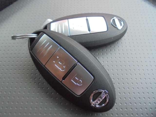 鍵を操作しなくても持っているだけでドアロック操作やエンジン始動などができるインテリジェントキー。防盗性を追求したエンジンイモビライザーも装備しています。