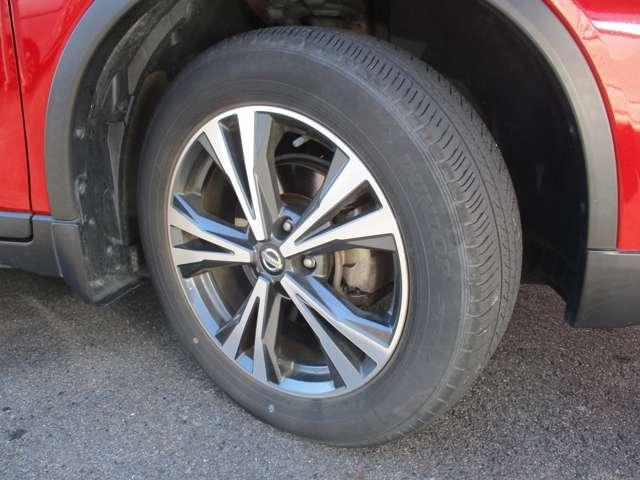 足元を引き締める18インチタイヤと純正アルミホイール装備、スチールホイールより軽く低燃費に貢献します。