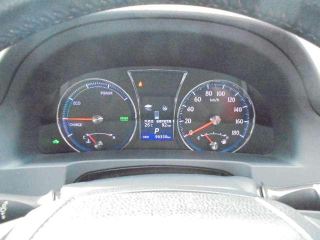 昼夜を問わず視認性に優れた白色照明のファインビジョンメーター採用。瞬間燃費や平均燃費、走行可能距離なども表示するメーター内ディスプレイを採用。