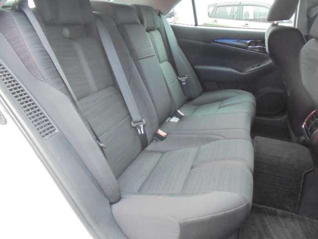 ゆったりしたリヤシート。足元空間も広くリラックスしてドライブが楽しめます。