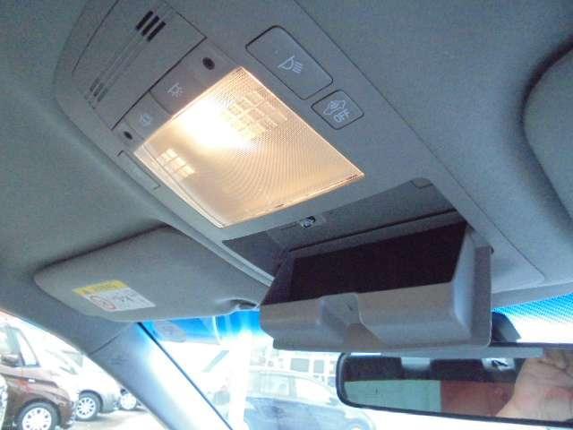 手元を明るく照らすマップランプとサングラスホルダーを装備しています。