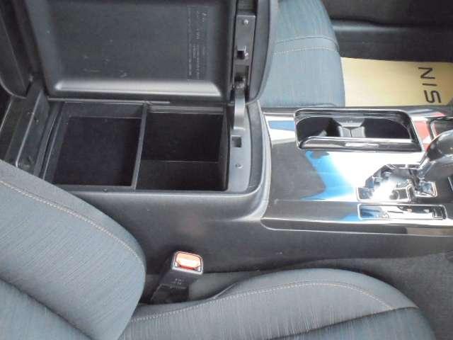 センターアームレストは、大容量の収納ボックス付き。長時間の運転で疲れた腕を乗せてください。