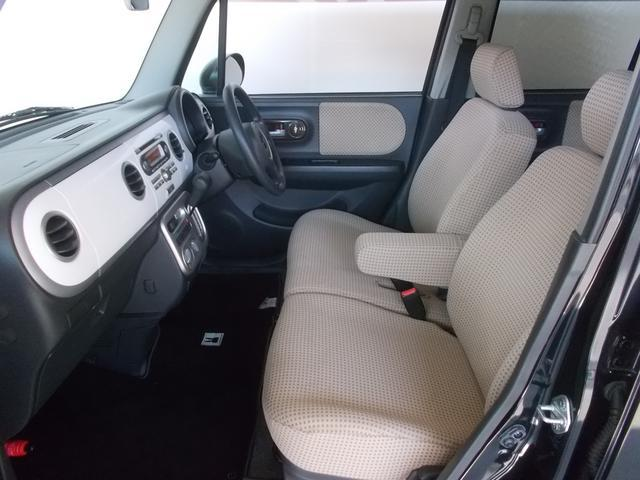 人気のシート構造「ベンチシート」です。運転席・助手席のシートが繋がるだけで、ゆったりとお掛けいただけますので体の大きな方でも快適ですよ。格納式のアームレスト付きですので楽々です。